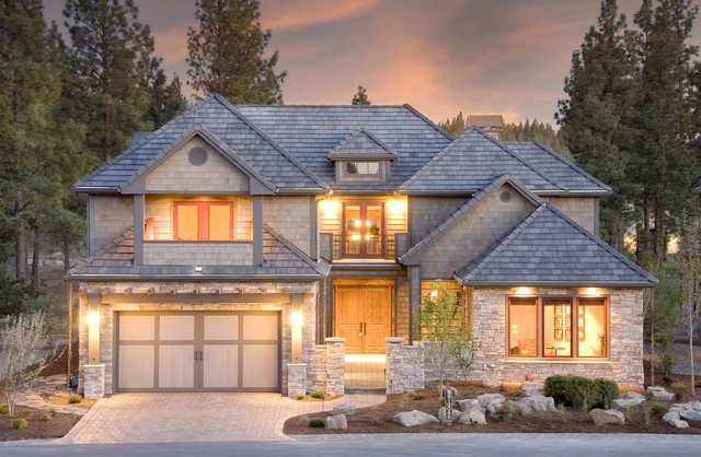 Extrior of a lodge style home in Bend OR traditional-exterior