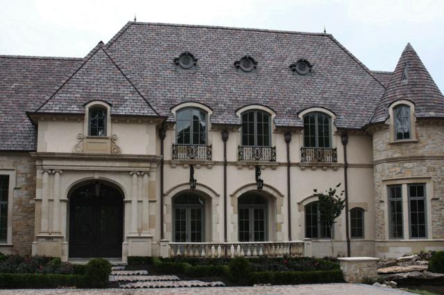 Zweistöckiges, Geräumiges, Beigefarbenes Klassisches Einfamilienhaus mit Putzfassade und Ziegeldach in Dallas