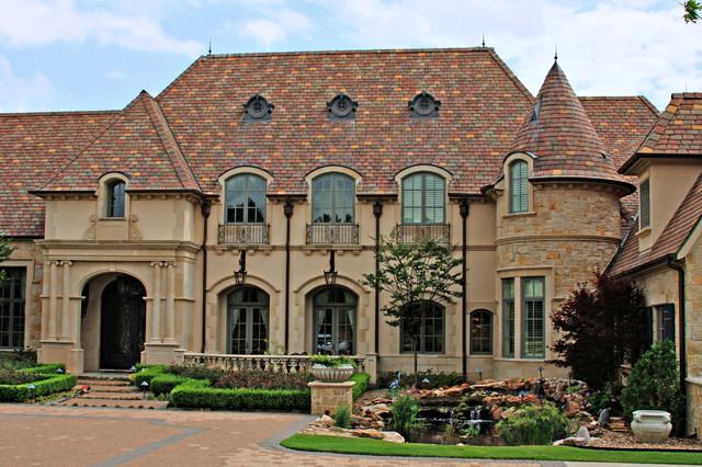 Idee per la facciata di una casa unifamiliare ampia beige classica a due piani con rivestimento in stucco e copertura in tegole