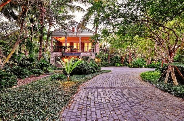 Guest Garden tropical-exterior