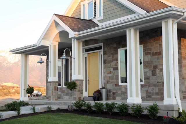 Exempel på ett mellanstort amerikanskt grönt hus, med tre eller fler plan och blandad fasad