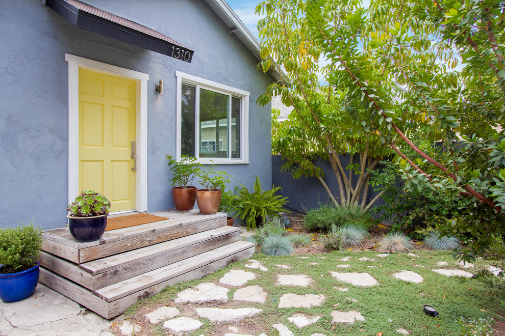Inspiration for a contemporary exterior home remodel in Los Angeles