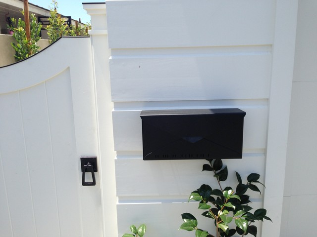 Houseart Modern 10 Mailbox With Black Tapered Ring Latch On The Side Gate Contemporary