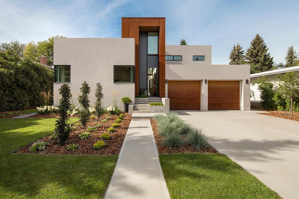 Идея дизайна: бежевый дом в современном стиле с комбинированной облицовкой и плоской крышей