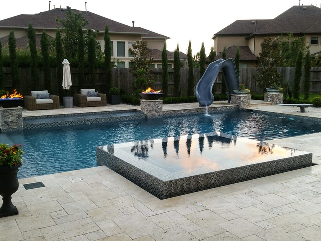 Luxury Swimming Pool with straight lines and perimeter ...