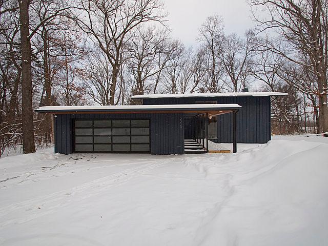 Großes Blaues Retro Haus Mit Holzfade In Detroit