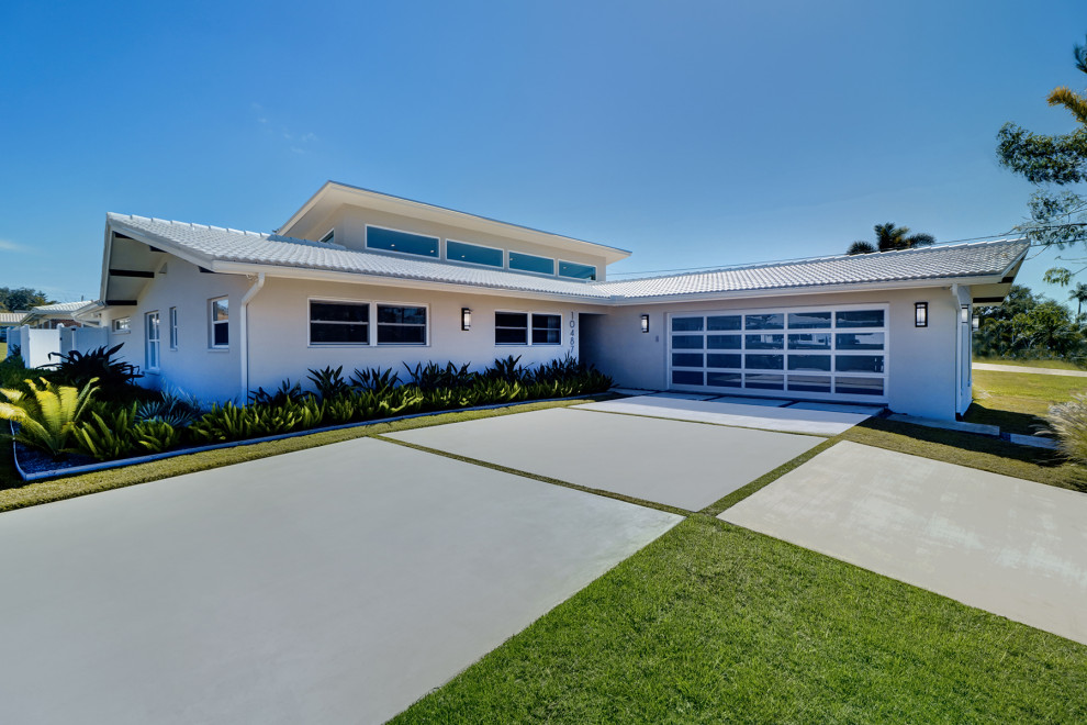 Inspiration for a mid-century modern exterior home remodel in Tampa