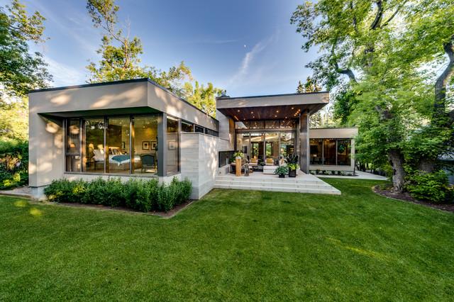 Modern bungalow modern h user calgary von rusch for Bungalow haus modern