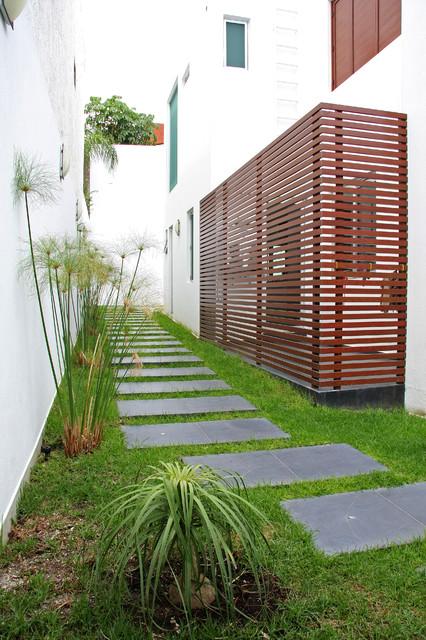 Modern exterior exteriores modernos exterior mexico for Exterior side yard