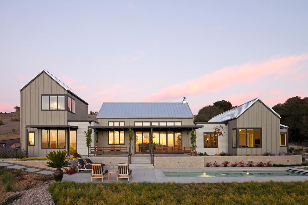 Modelo de fachada gris, de estilo de casa de campo, de dos plantas
