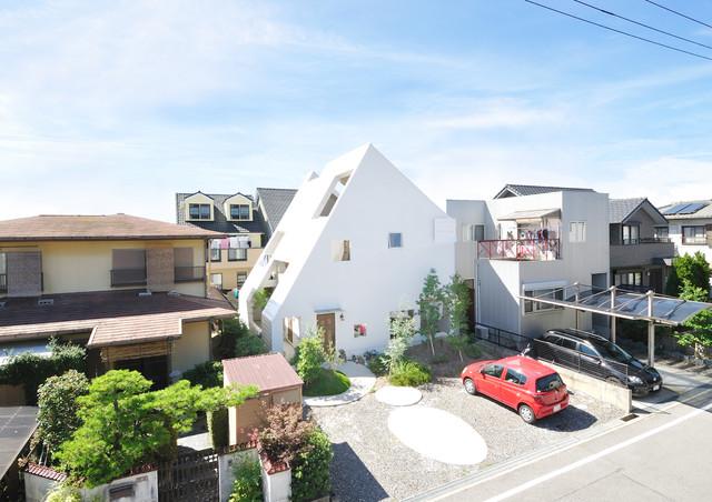 Esempio della facciata di una casa bianca contemporanea a due piani di medie dimensioni con tetto a capanna