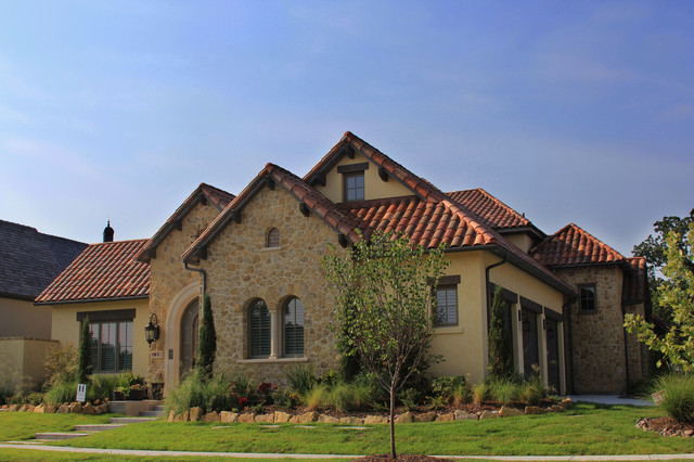 Mid-sized one-story stone exterior home idea in Dallas