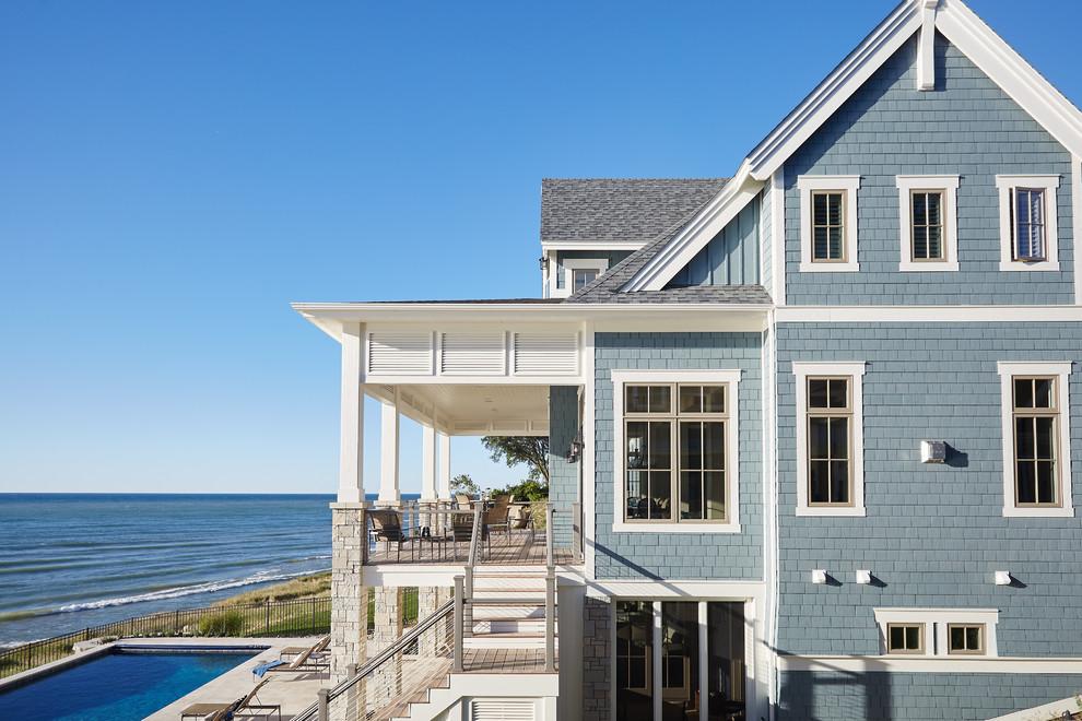 Ejemplo de fachada azul, clásica renovada, de tamaño medio, de tres plantas, con revestimiento de aglomerado de cemento y tejado a dos aguas