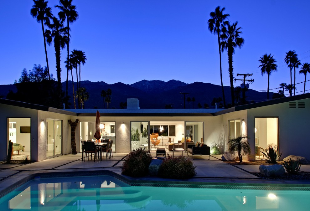 Inspiration for a large mid-century modern exterior home remodel in Los Angeles
