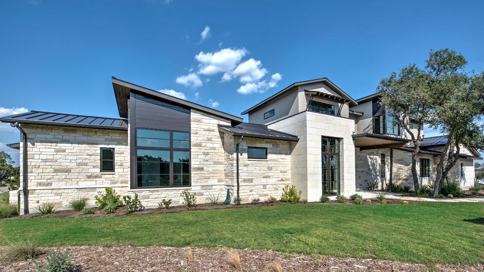 Foto de fachada gris, contemporánea, extra grande, de dos plantas, con revestimiento de piedra