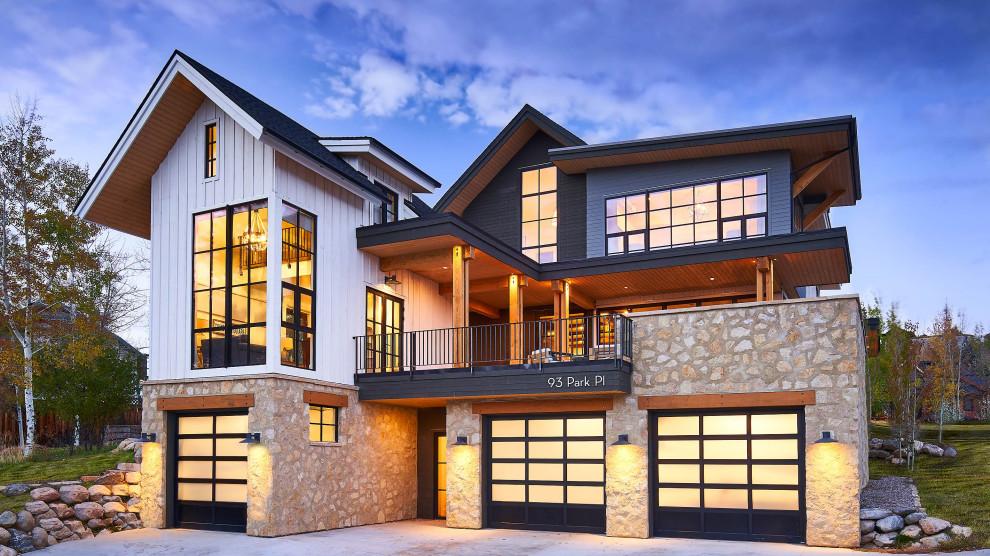 Idee per la villa grande multicolore country a tre piani con rivestimenti misti, tetto a capanna, copertura mista e abbinamento di colori