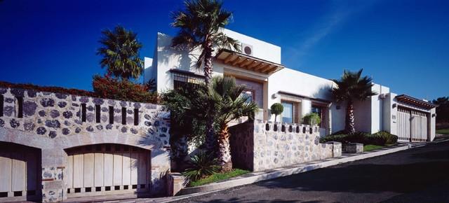 Residential contemporary exterior mexico city by for Piani di casa cottage con porte cochere
