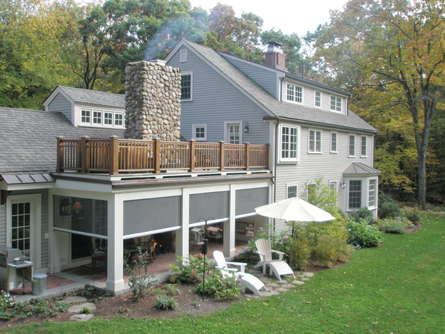 Vägglampor New England : Retractable screens at classic new england farmhouse klassisk