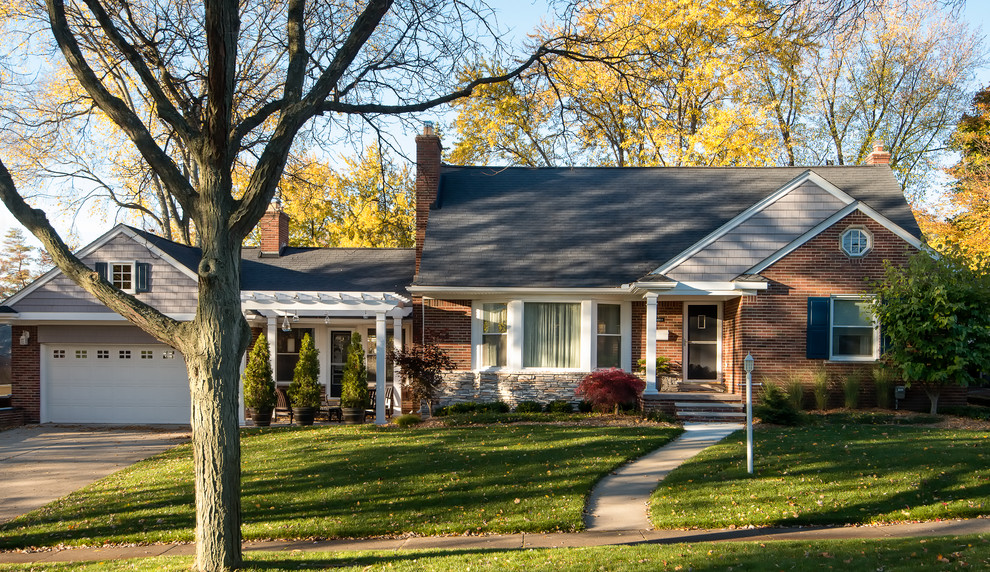 Small elegant gray one-story brick gable roof photo in Detroit with a shingle roof