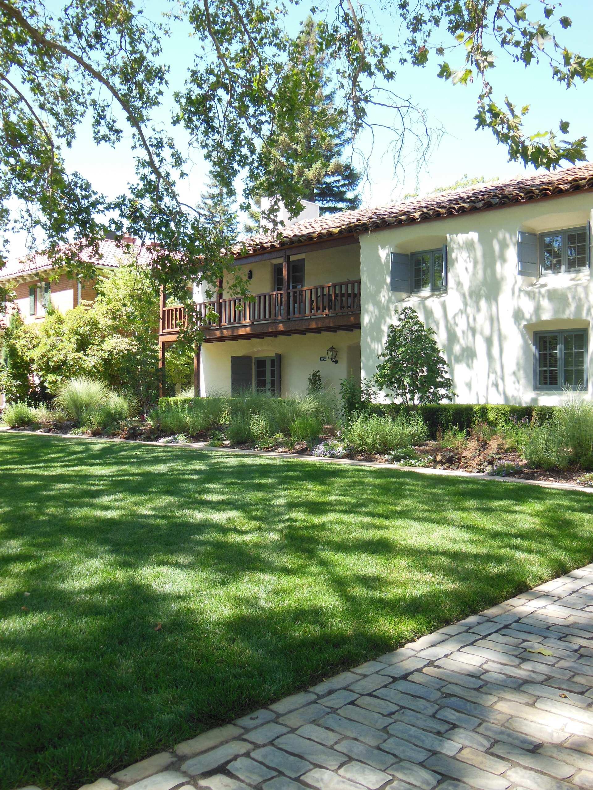 Sacramento Mediterranean-Front Yard