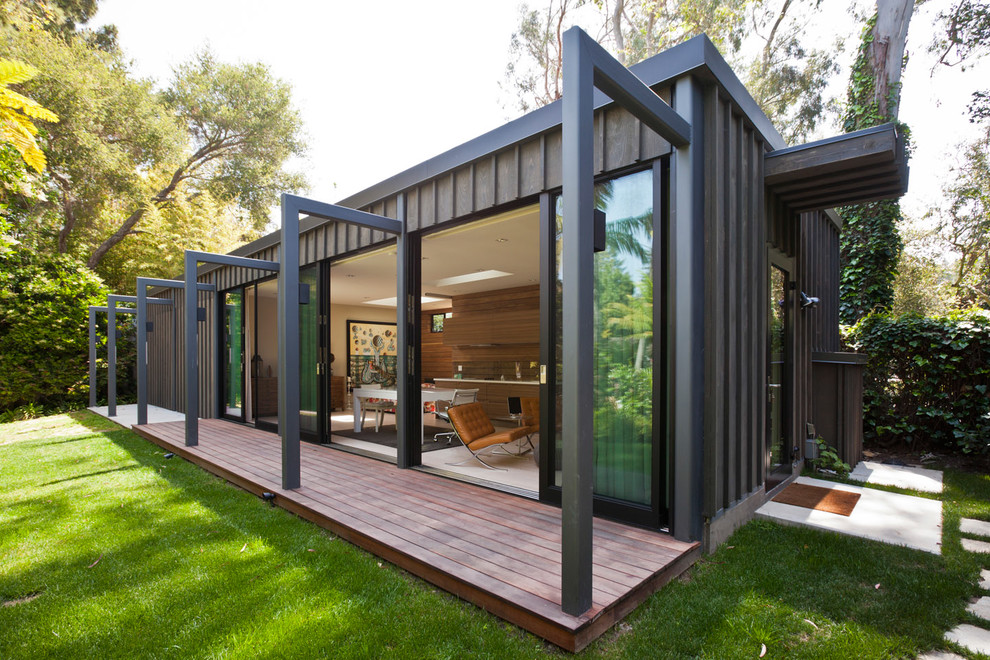 Inspiration for a modern brown one-story wood exterior home remodel in Los Angeles