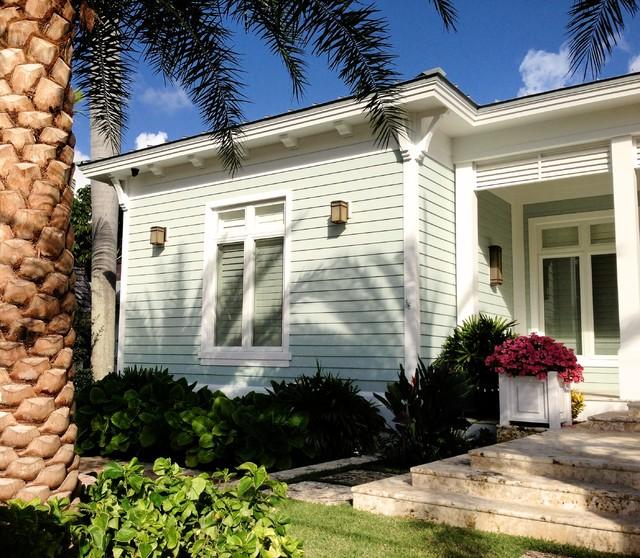 Tropical exterior home idea in Miami