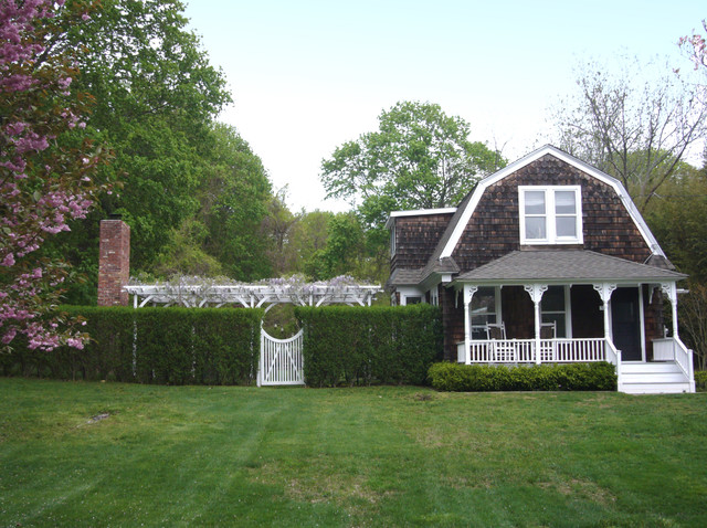 A Shelter Island fisherman's cottage beach-style-exterior