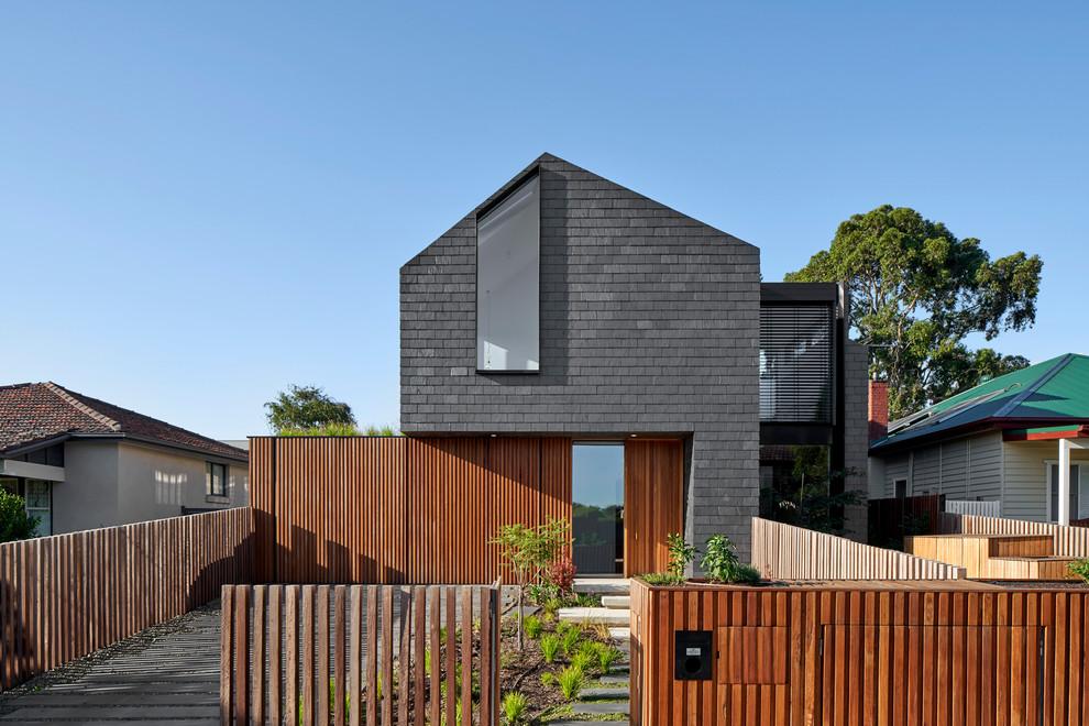 Modelo de fachada de casa negra, actual, con revestimiento de madera, tejado a dos aguas y tejado de teja de madera