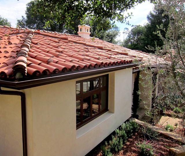 Small Spanish Cottage Red Tile Roofing In Montecito Ca Mediterran Häuser Santa Barbara Von Santa Barbara Home Design