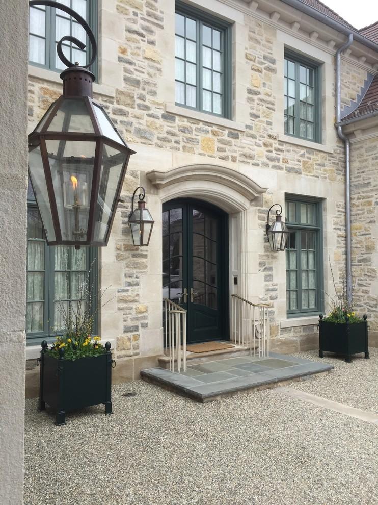 Diseño de fachada de casa beige, clásica, grande, de dos plantas, con revestimiento de piedra, tejado a cuatro aguas y tejado de teja de madera