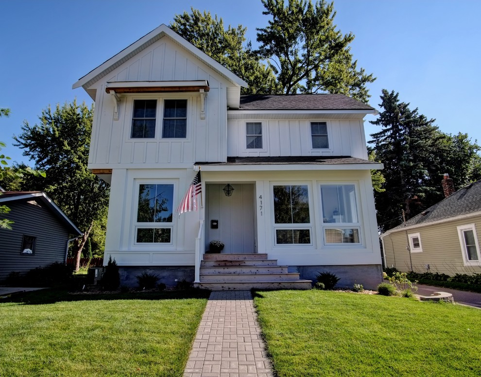 Example of a cottage exterior home design in Minneapolis
