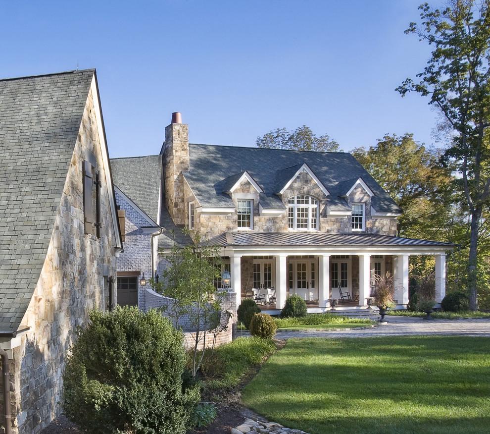 Modelo de fachada de casa marrón, tradicional, grande, de dos plantas, con revestimiento de piedra, tejado a dos aguas y tejado de teja de madera