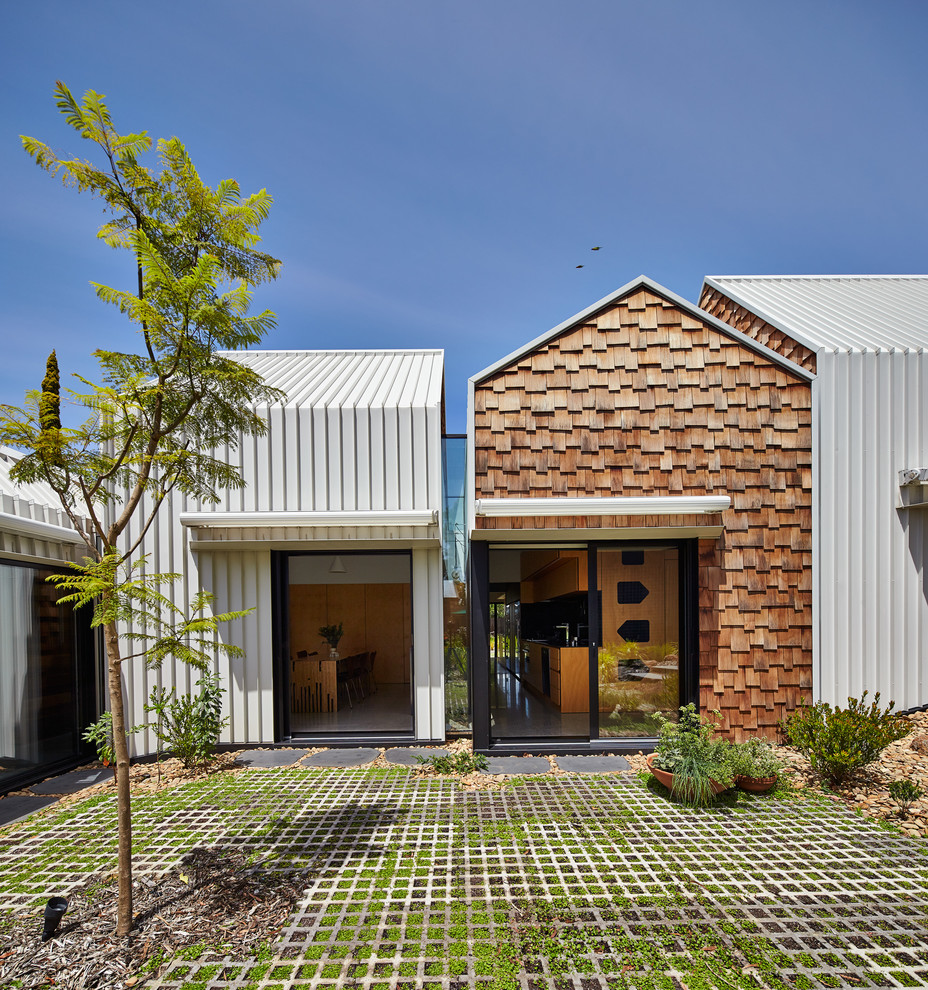 Inspiration for a contemporary exterior in Melbourne with a gable roof.