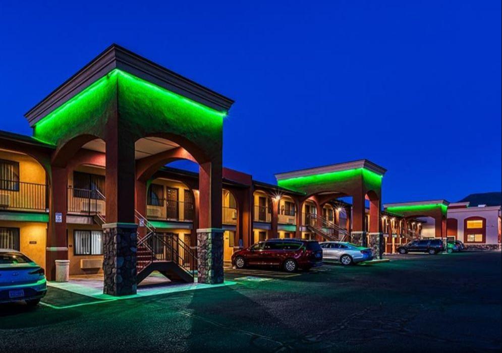 Verde Valley Inn: At Night