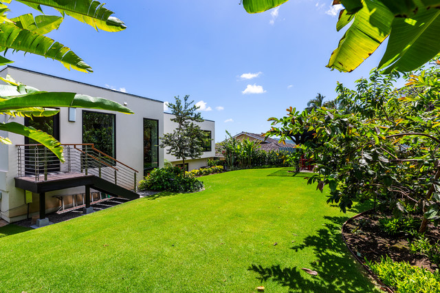 Example of a minimalist exterior home design in Hawaii