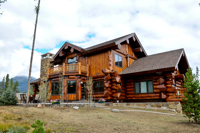 Western red cedar ranch style log home rustic exterior for Log ranch homes