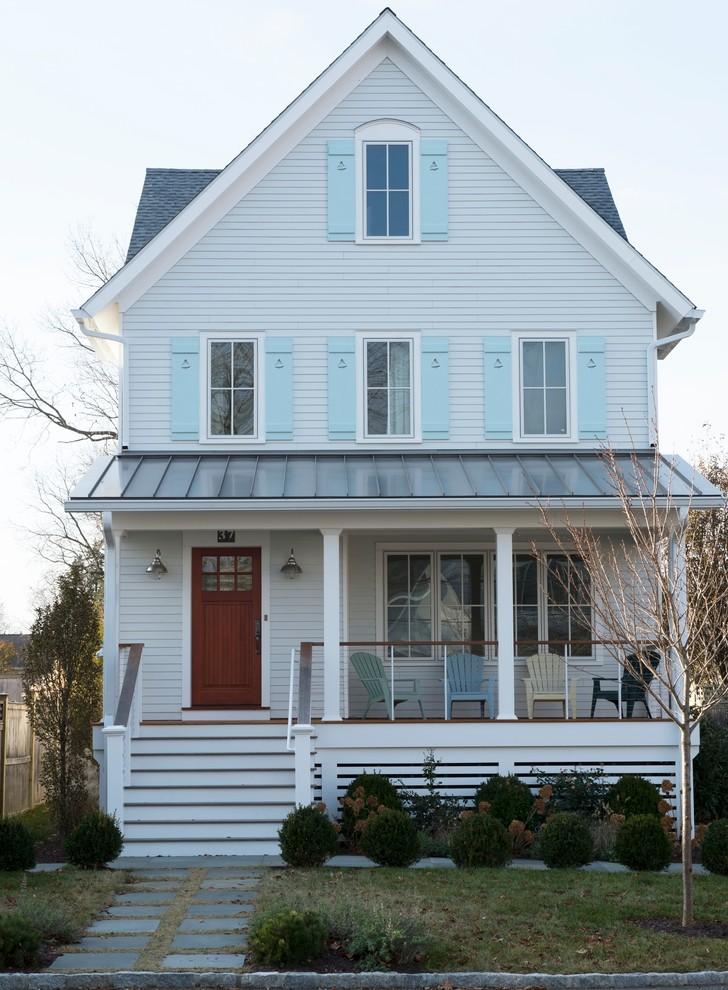 Diseño de fachada de casa blanca, marinera, grande, de tres plantas, con revestimiento de madera, tejado a dos aguas y tejado de varios materiales