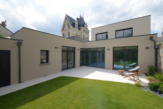 Agencement et d coration d 39 une maison contemporaine contemporain fa ade angers par studio sd for Maison ancienne renovee contemporaine