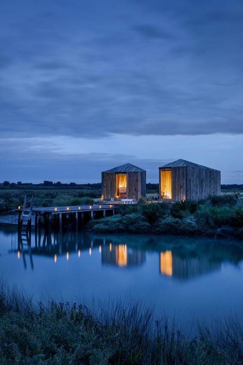 cabañas en portugal de alquiler imagen nocturna en la Reserva Natural do Sado del estudio de arquitectura aires mateus en diariodesign magazine