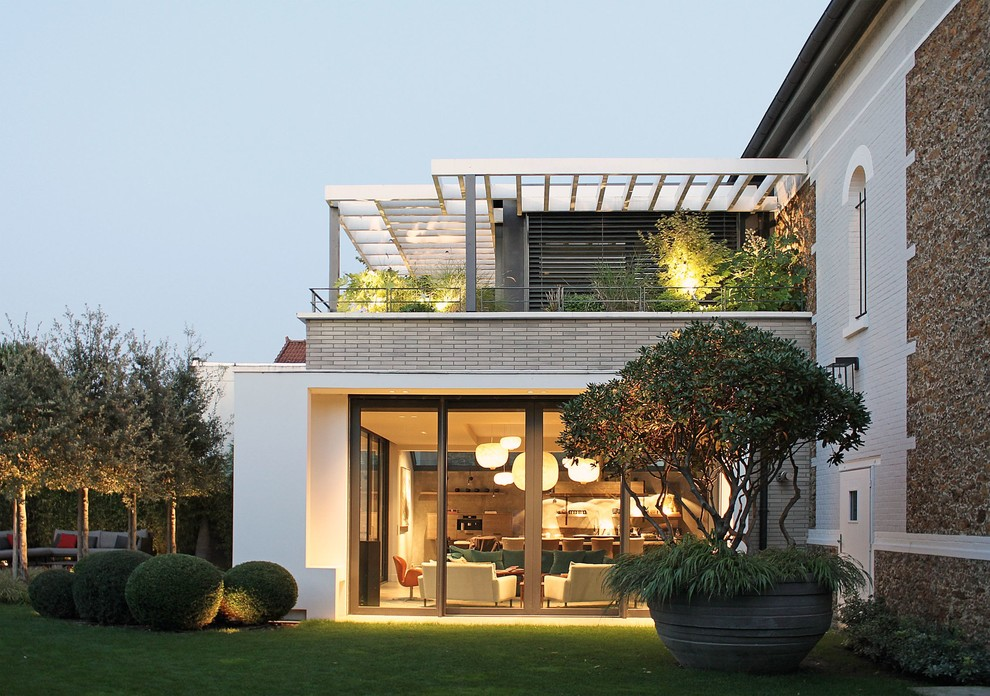Example of a mid-sized trendy exterior home design in Paris