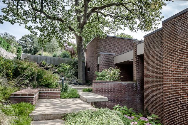R novation d 39 une maison des ann es 70 contemporain fa ade other metro par samuel - Renovation maison annee 70 ...