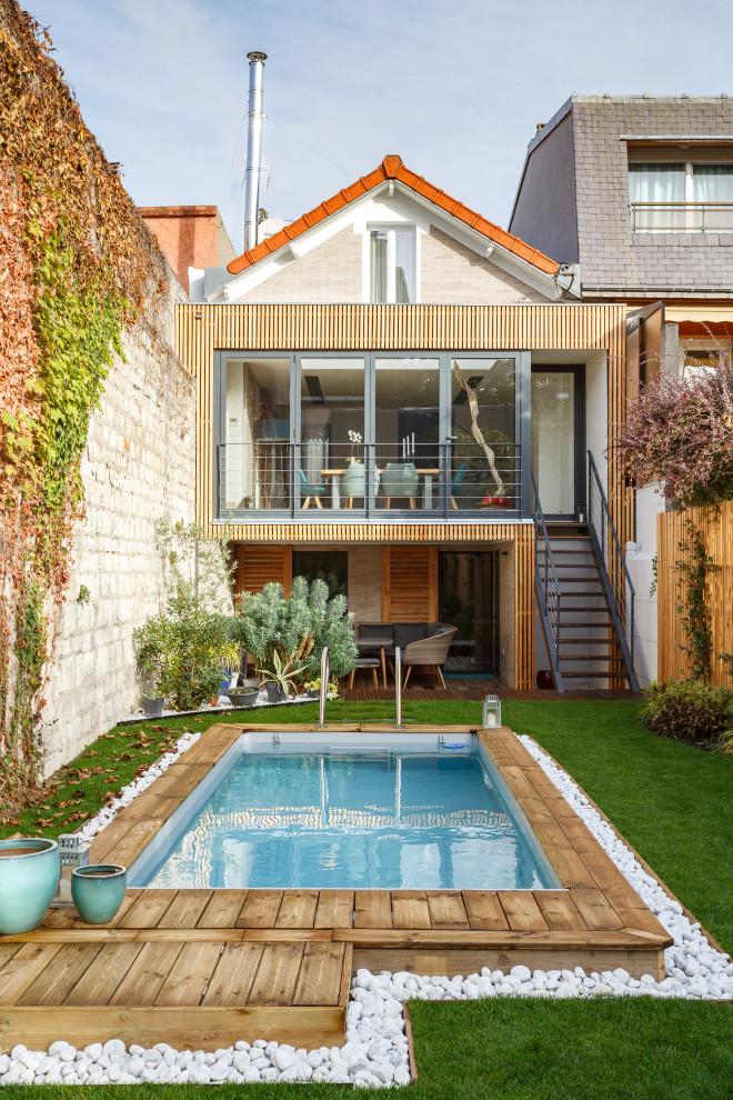 Mittelgroßes, Zweistöckiges, Beigefarbenes Modernes Einfamilienhaus mit Backsteinfassade, Satteldach und Ziegeldach in Paris