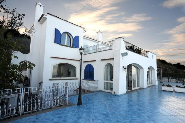 Casa al mare mediterraneo facciata napoli di for Ascensori esterni per case al mare