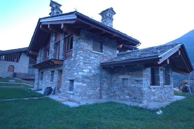 Case in pietra e legno   in montagna   facciata   altro   di ...