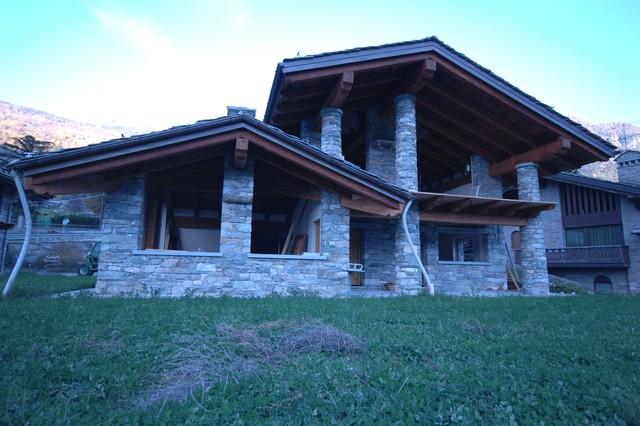 Case Di Montagna In Pietra : Case in pietra e legno in montagna facciata altro di