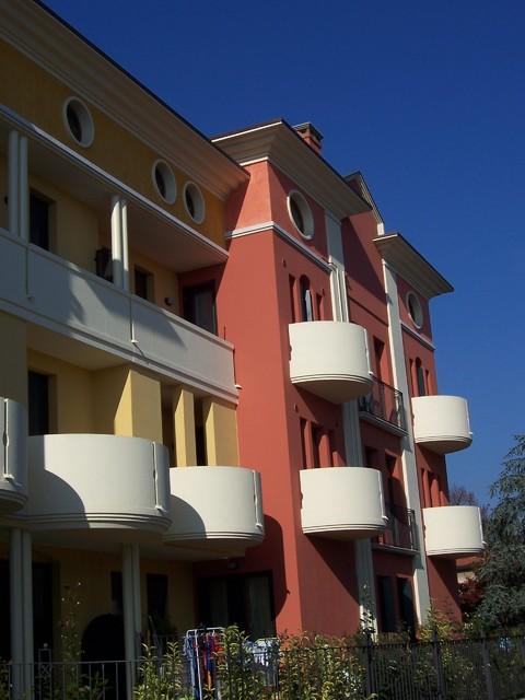 Condominio decorato con sottobalconi cornici per le - Cornici per finestre ...