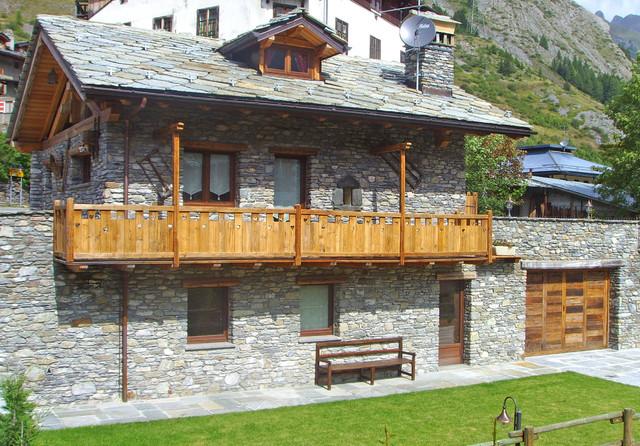 Edificio in stile rustico a la thuile ao in montagna for Immagini di case rustiche