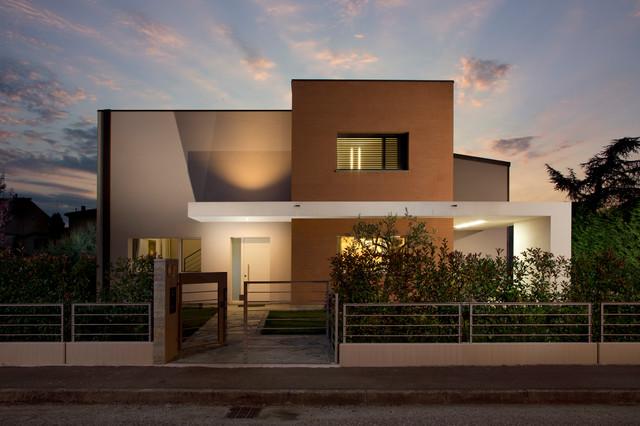 Little modern house modern exterior bologna by for Piani di house designer casa