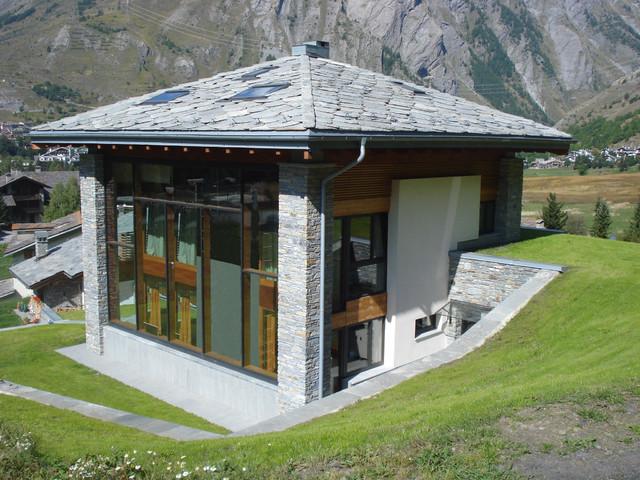 Villa con serra solare e b b ipogeo in montagna for Serra solare