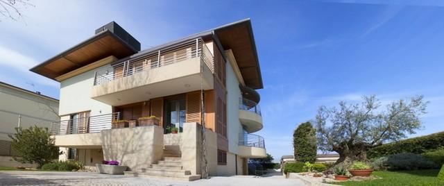 Villa unifamiliare con struttura in legno e tetto in teak for Piani di casa tetto moderno capannone